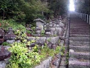 5)石段と五輪塔.jpg
